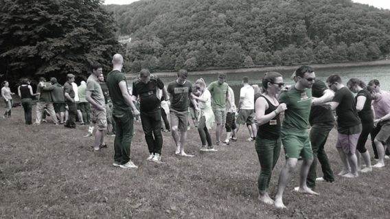 outdoortraining als teambuilding in der großgruppe